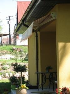 Маркиза над входом в дом