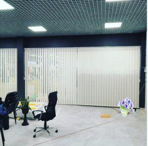 Вертикальные белые жалюзи в офисе