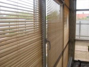 деревянные горизонтальные жалюзи на больших окнах