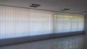 вертикальные пластиковые жалюзи на большое окно