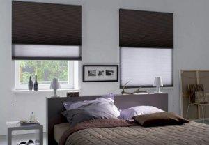 темно-коричневые шторы плиссе в спальне