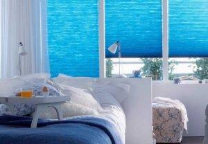 синие шторы плиссе в спальне